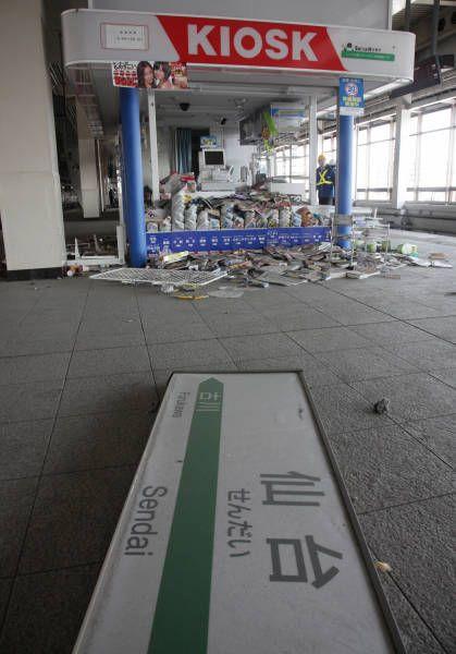 地震で落下したJR仙台駅新幹線ホームの駅名…:東北地方太平洋沖地震 写真特集:時事ドットコム