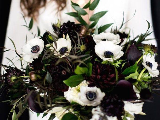 """Si te encanta el negro y lo quieres incluír en tu boda, o si te decidiste por un """"black and white"""" puedes usar tonos muy oscuros en tu ramo. ¡Se ve súper chic!"""