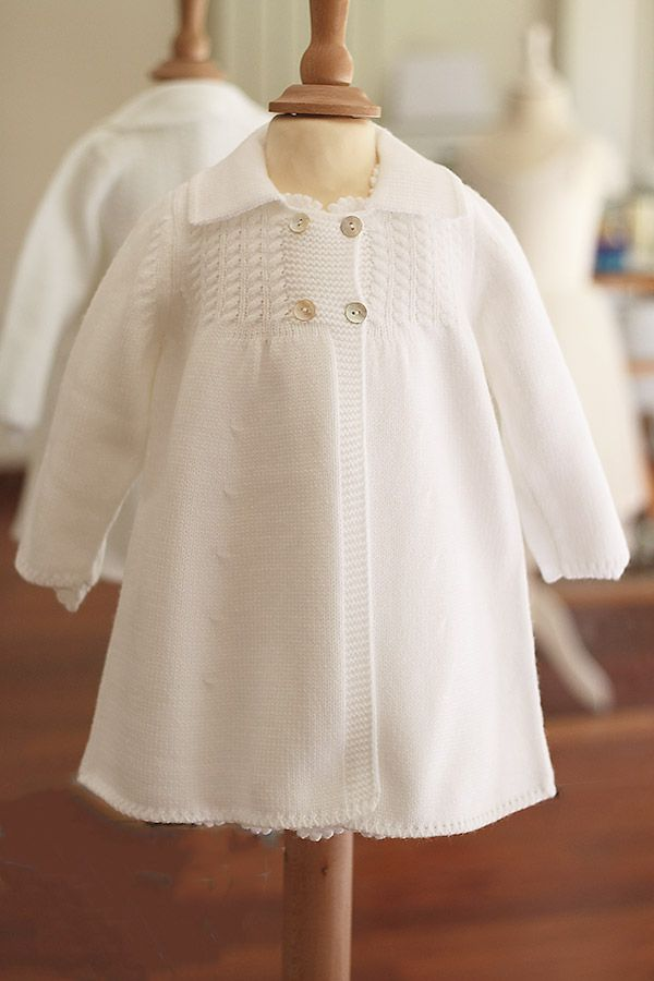 9ee8f2149db Manteau baptême bébé fille ou garçon Fil de Légende en maille blanche.  Modèle baptême automne