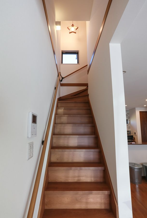 木目が優しい印象を与えてくれる梁見せの家 家 照明 マイホーム