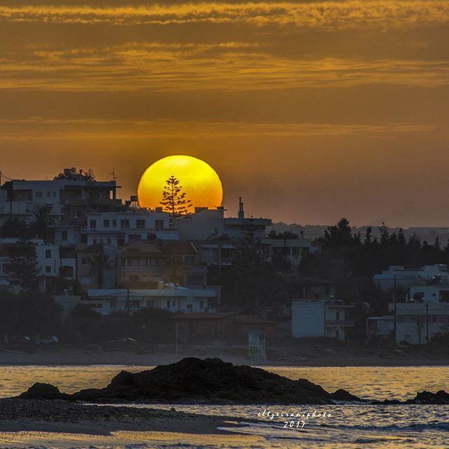 "#chania #crete #greece     "" Για τα μόνα πράγματα που μετάνιωσα  είπε  ο ήλιος λυπημένος, είναι αυτά που δεν έκανα.   Τα μονοπάτια που δεν ταξίδεψα ...  Οι άνθρωποι που δεν άγγιξα ...  Scott Spencer..."