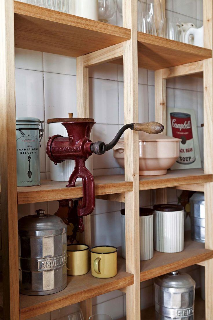 Estantería de madera con elementos vintage, en un depto chico ambientado con líneas simples y modernas. De los responsables de Pennsylvania Interiorismo.
