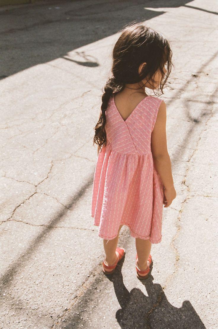 Petite robe d'été légère pour petite fille : robe dos croisé rose à rayures blanches