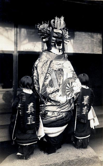 tayuu and kamuro from behind 1920s by blue ruin1, via flickr