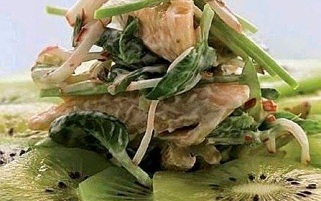 Insalata di trota e kiwi, ecco la ricetta fresca #insalataditrotaekiwi