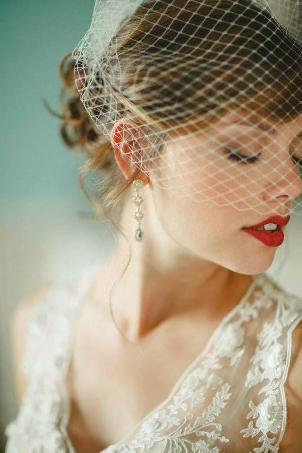 Inspire-se em noivas que quiseram sair da mesmice e apostaram em um batom vermelho no make para seu dia especial.
