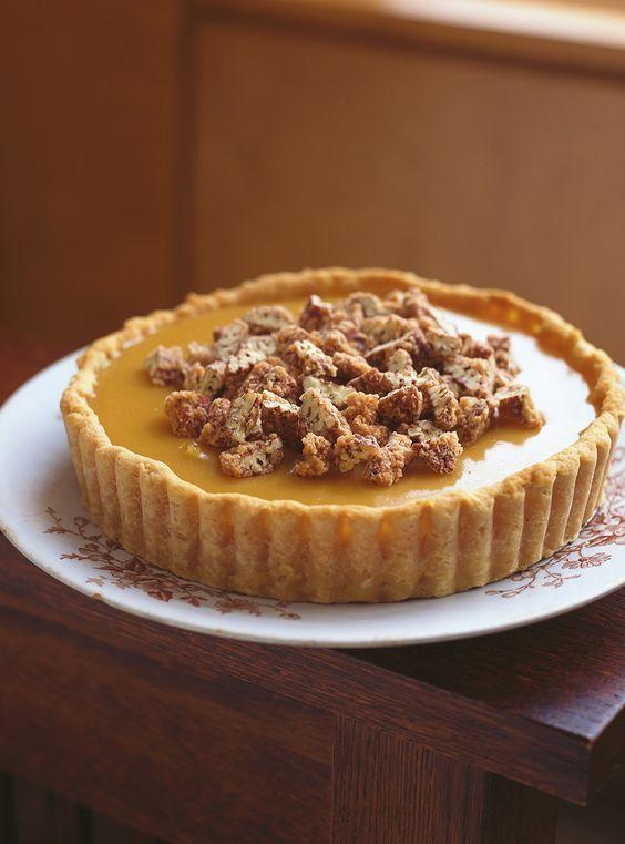 Recette de tarte pralinée à l'érable de Ricardo. Recette de dessert de saison délicieux et sucré, pour grandes occasions. Avec pacanes, sirop d'érable, crème 15%, farine, sucre, beurre...