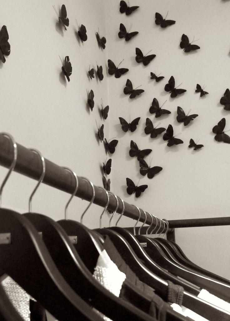 Diseño y producción en Maison Aubele. Las mariposas aplicadas en las paredes son de plumas negras y son un sello que caracteriza Maison Aubele.