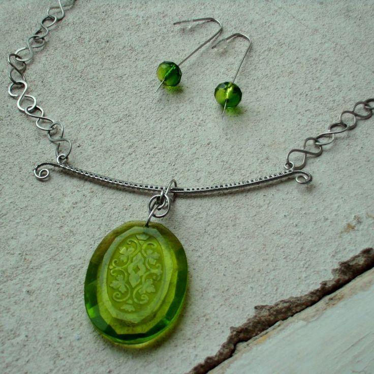 šperky (z nalezeného skleněného kamene, nerezové dráty)
