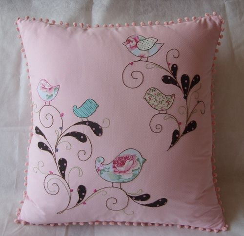 https://flic.kr/p/8SP1Jq | Almofada Passarinho |  Cod. A001  Descrição: Tecido: Poá branco no fundo rosa. 100% algodão  - Bordado: Todo feito a mão. Apliques de tecido com bordados  - Detalhes: grilô rosa em volta da almofada, zipper invisível  - Tamanho: 45 x 45 cm