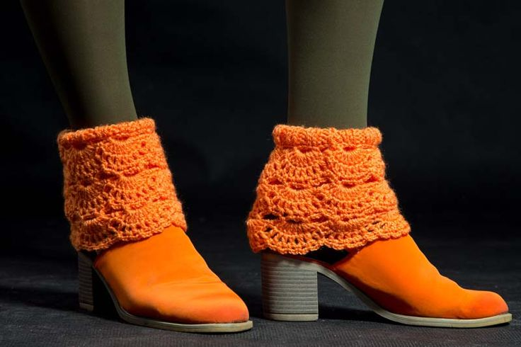 Návleky na nohy oranžové 140304 Návleky na nohy jsou uháčkovány krásným krajkovým vzorem zakrylové příze. Dají se nosit do kozaček - přeložené nebo povytáhlé, a to ksukni i džínám nebo ke kotníčkovým botům, ale i kletním otevřeným - to ty extravagantní zvás... Délka - 25 cm  Originální výrobek foto : ...