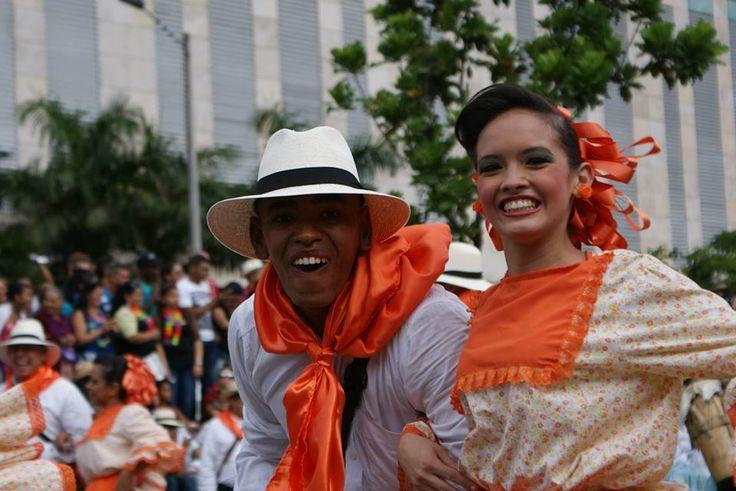 La alegría de los paisas se ve reflejada en sus manifestaciones culturales.