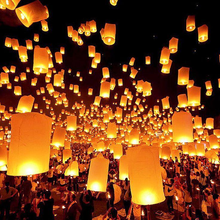 Праздник фонарей Юаньсяо в Китае. Когда: 5 марта 2015 г. Где: Китай  Праздник фонарей отмечается в 15-й день первого месяца по лунному календарю. Еще в 10 веке в Китае распространился обычай зажигать в эту ночь красочные фонари. Обычно в центре города развешивали множество фонарей самых разнообразных форм и размеров, похожих на различных животных, на цветы и фрукты. В деревнях устраивались фейерверки, шествия на ходулях, танцы драконов, хороводы «янгэ», катание на качелях и другие…