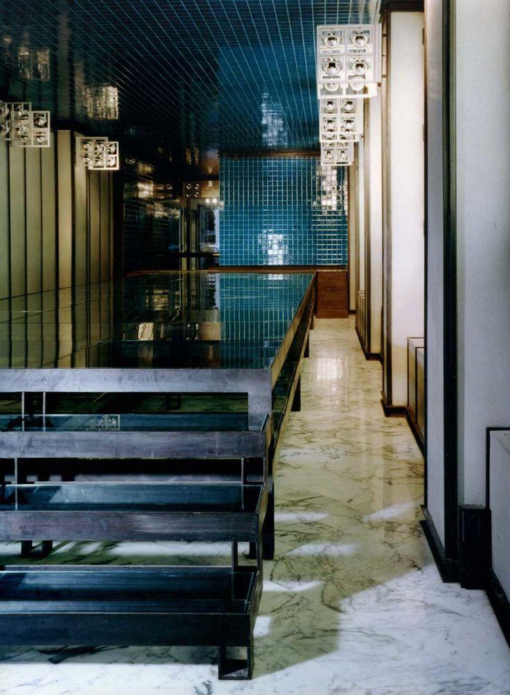 Il progetto per il negozio Tuman, al contrario di ogni altro intervento di ristrutturazione non ha interessato nessuna parte strutturale dell'edificio. Si può definire l'intervento come un allestimento per l'esposizione di tappeti.   Una passerella i...