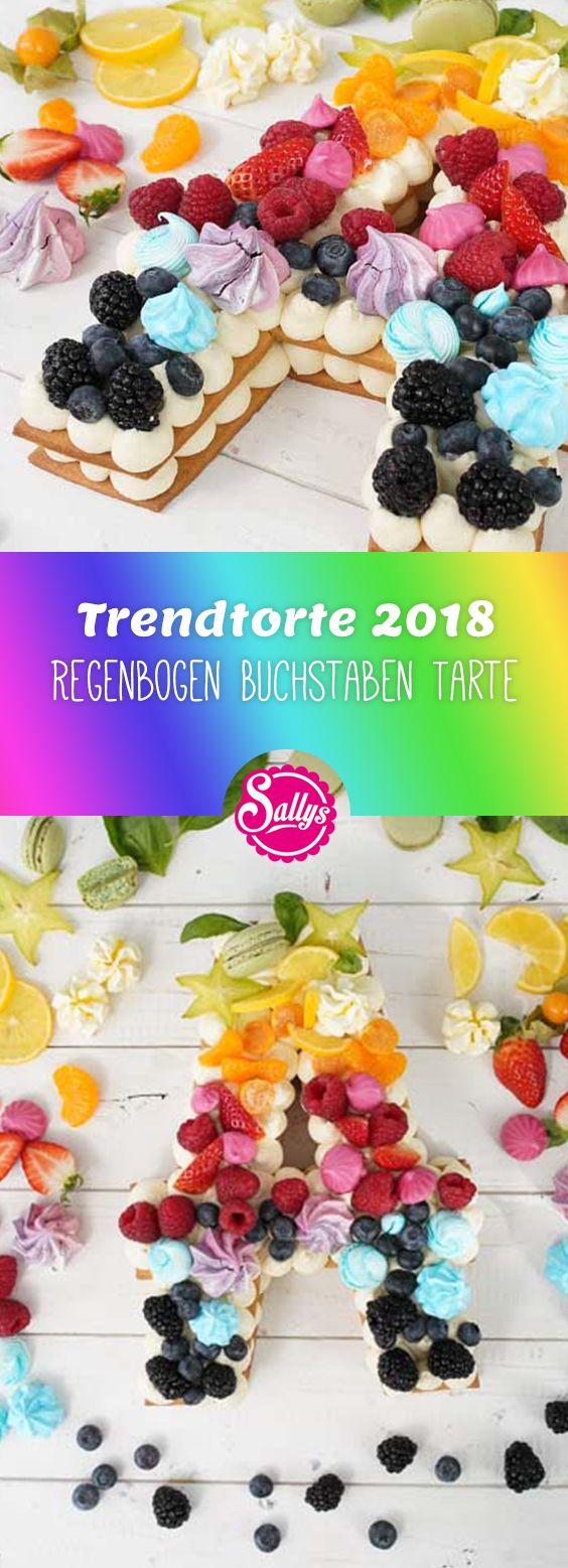 Der Kuchentrend im Jahr 2018 sind Fruchttorten mit einem Keksboden und einer aufgespritzten Creme. Ich bereite die Creme aus Frischkäse und Sahne zu und dekoriere diesen Buchstaben mit bunt gemischten Früchten, Macarons und Baiserdrops.