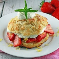 Juicy strawberries in sweet syrup served between a moist and buttery scone then topped with homemade cream.: Yummy Food, Strawberries Scones, Food Yummy, Juicy Strawberries, Shortcake Sconesmust, Sweet Tooth, Strawberry Shortcake, Sconesmust Tried, Strawberries Shortcake