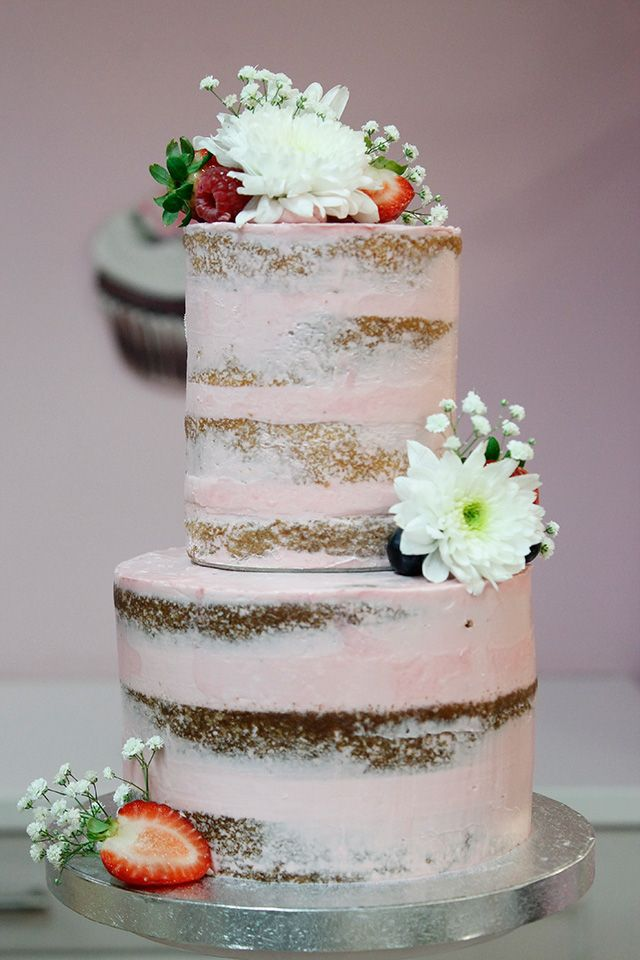 Naked cake de limón, decorado con fresas, arándanos, frambuesas, margarita y panículata