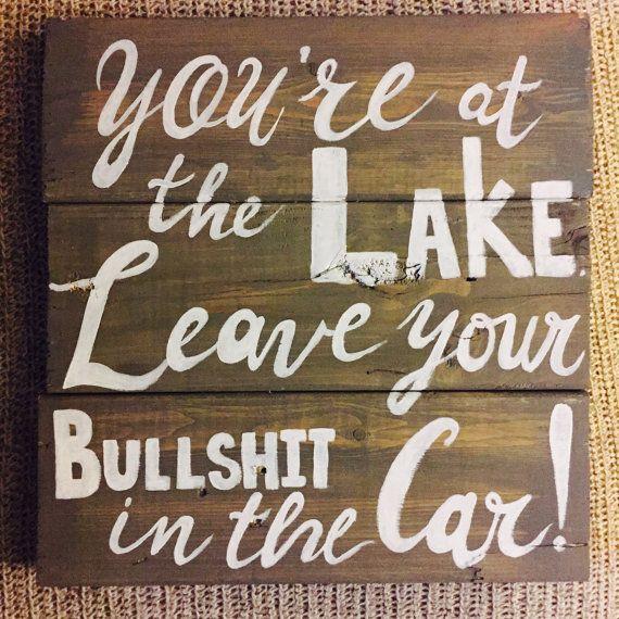 Cette liste est pour un panneau de bois sur commande de récupération pour une maison de lac. Il s'agit de règles d'un couple de venir au bord du lac! Ils ont voulu dire à leurs amis à laisser le drame dans la voiture, donc ils m'avaient faire un panneau de bois de palettes sur mesure avec le dicton «vous êtes au bord du lac. Laissez vos conneries dans la voiture!» Ce signe est complètement Peint à la main, y compris le dicton car je voulais capturer les bosquets naturels et les…