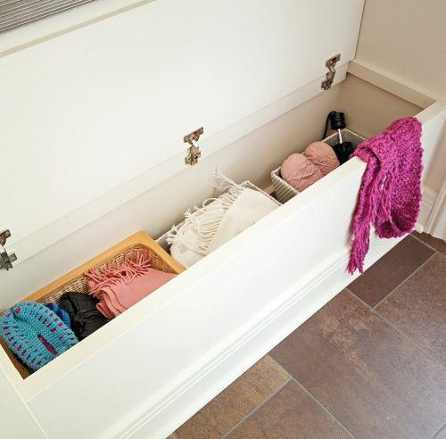 la banquette cache un coffre avec tous les accessoires selon la saison vestiaire entr e. Black Bedroom Furniture Sets. Home Design Ideas