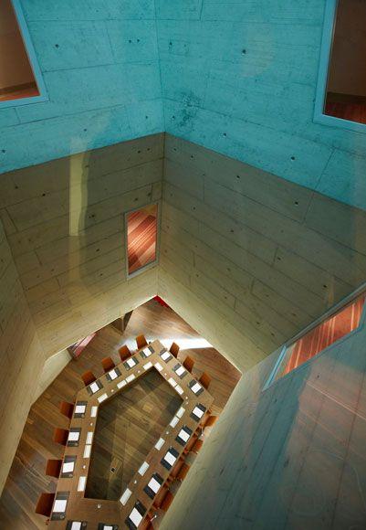 Het architecten bureau Althammer-Hochull is verantwoordelijk voor dit ontwerp. Het ontwerp is gemaakt voor B2 Boutique Hotel + Spa in Zurich. Dit in specifiek is een conferentie zaal. Althammer-Hochull is een Zwitsers bedrijf. Bij dit project moest een oude brouwerij omgetoverd worden tot een boutique hotel en spa. Hier hebben ze een unieke zaal gecreëerd, het licht valt door de gehele schacht naar beneden. Vreemd is dat het tegelijkertijd voor een benauwend en ook ruim gevoel zorgt.