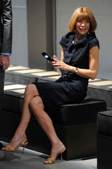 Anna Wintour, con un abito blu notte dai dettagli lurex e sandali color sabbia alla sfilata di Bottega Veneta. (MiIano fashion week, P/E 2013) http://lamodadellestar.blogspot.it/2012/09/milano-fashion-week-fine-settimana.html