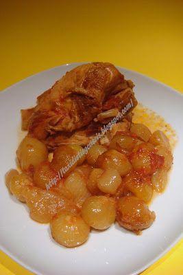 Υλικά για 2 άτομα   1 στήθος κοτόπουλου ή 2 μπούτια  700 γρ. κρεμμυδάκια για στιφάδο  1 φλ. σάλτσα ντομάτας  3-4 κόκκους μπαχάρι  7-8 κόκκ...