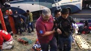 Aparatoso accidente entre autobús de pasajeros y camión en Michoacán - http://www.tvacapulco.com/aparatoso-accidente-entre-autobus-de-pasajeros-y-camion-en-michoacan/