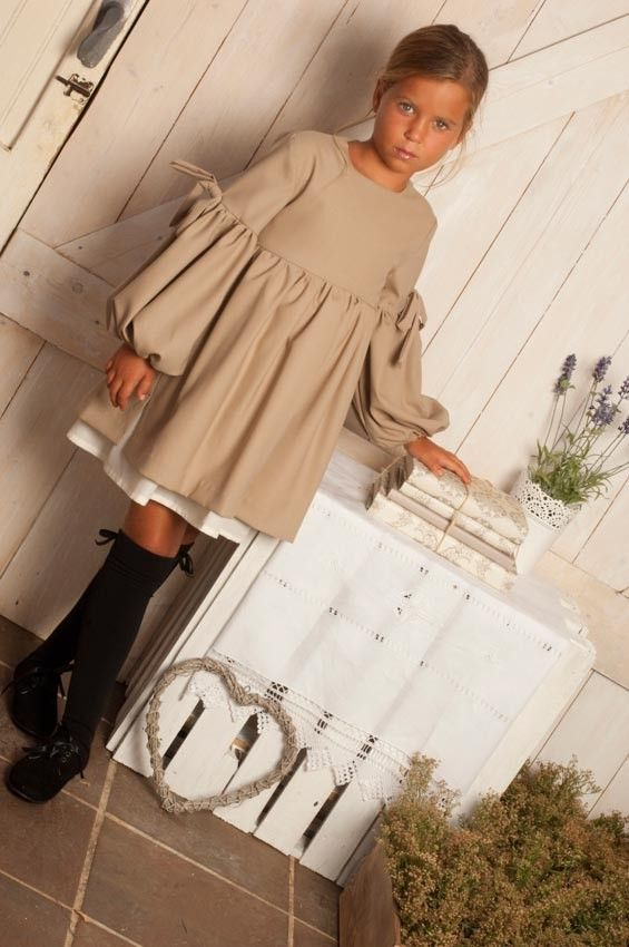 Vestido beige Bambi (Although a smile wouldn't hurt. I already see this face from my child when she's feeling obstinate)