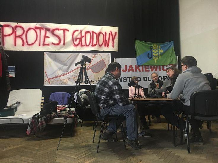 Protest głodowy w Dobrzeniu Wielkim. Nie chcą przyłączenia części gminy do #Opole. W tle spór o podatki płacone przez elektrownię. Rozmawia Agnieszka Lichnerowicz. Słuchajcie jeszcze dziś w TOK FM. #radio #mikrofon #TOKFM #rozmawiamy #spór #polityka #społeczeństwo #strajk #strajkgłodowy #ocochodzi #Opole #DobrzenWielki #elektrowni #zrozum #posluchaj #TOKFM