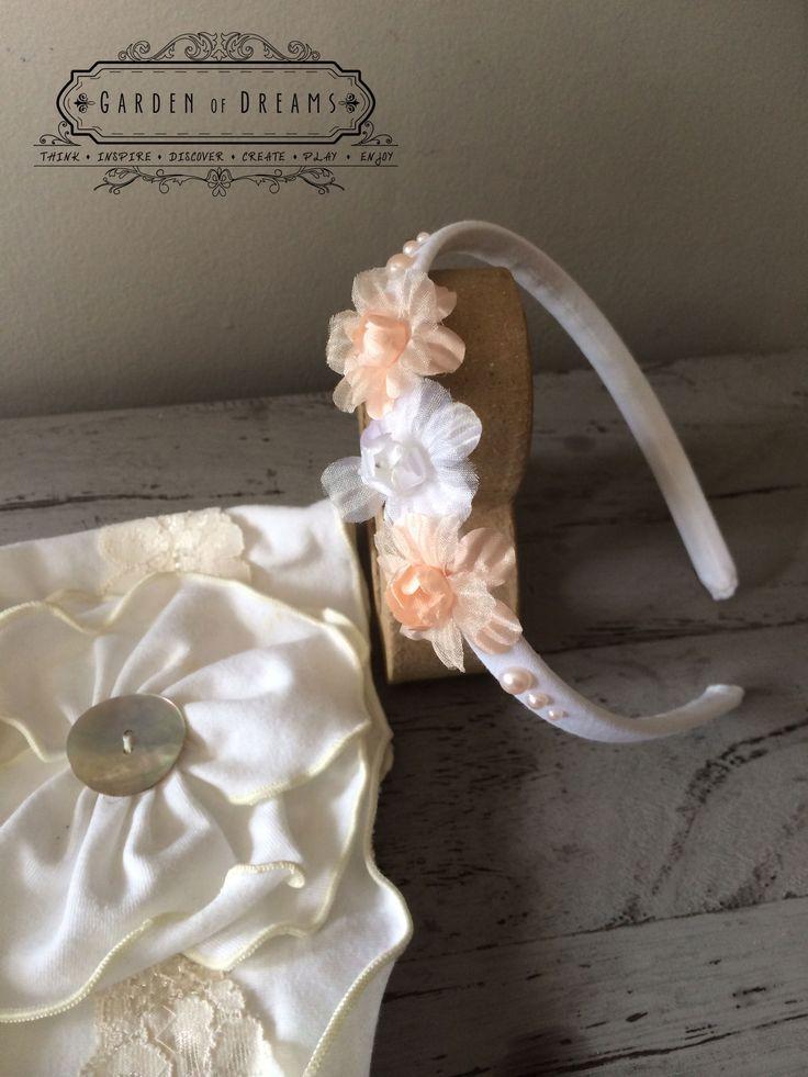 Diadema con forrada en blanco, con flores y perlas #diademas #blanca #perlas #flores #niñas