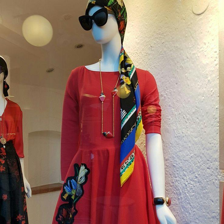 Lady in red! #capri #italia www.personalstylistbh.com.br www.carolinedemolin.com.br #moda #fashion #trend #tendencias #trend #personalstylist #personalstylistbh #consultoriaonline #personalshopper #consultoriadeestilo #consultoriadeimagem #consultoriadeimagembh #looks #lookdodia #lookoftheday #dicasdeestilo #dicasdemoda #outfits #ootd #identidade #imagem #autoestima #shoes #bags #bolsas #roupas #sapatos www.personalstylistbh.com.br