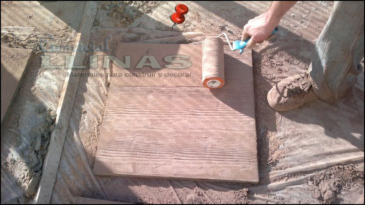 Aplicación moldes para hormigón impreso. Trabajando con rodillo. Moldes para hormigón impreso. La tienda de Comercial Llinás. http://tienda.comerciallinas.com/Hormigon-impreso/Herramientas/Herramientas-reparacion/Rodillos-reparacion