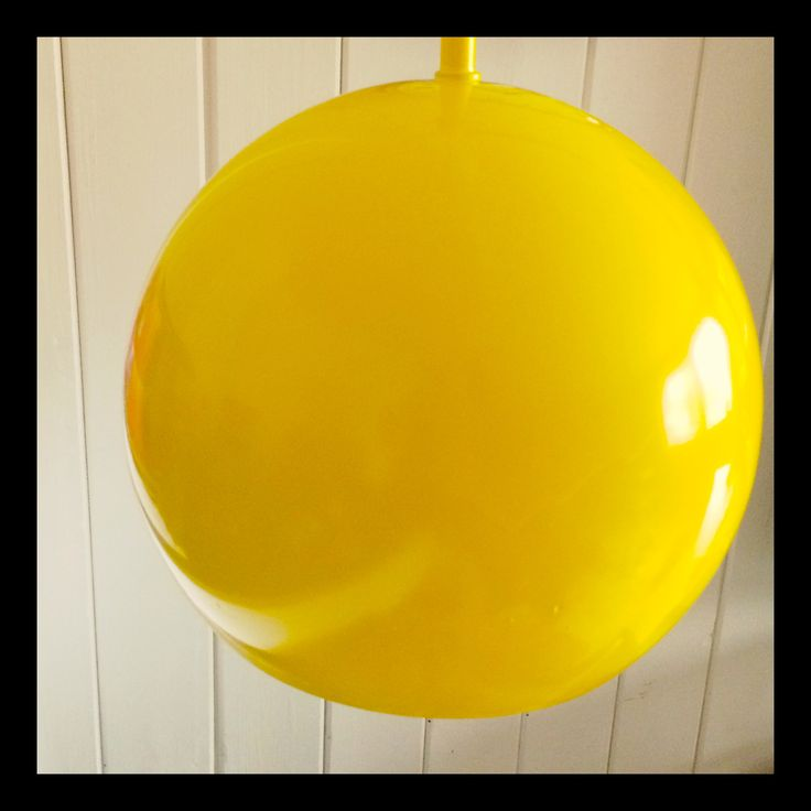 Gammel IKEA-lampe ble ny med gul spraylakk! (Old lamp from IKEA = new Edith yellow paint). #IKEA #DIY #light #yellow