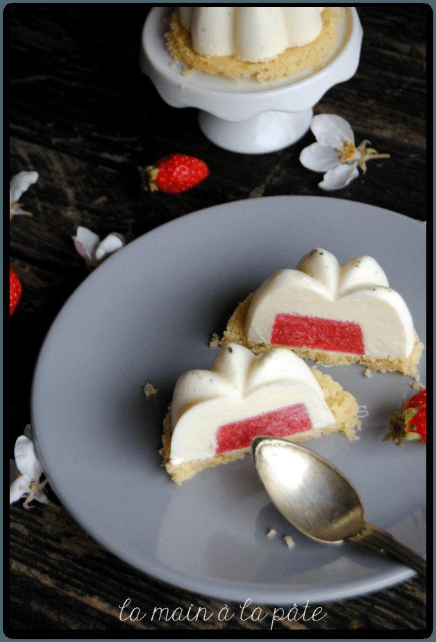 panna cotta à la fève tonka avec un insert à la fraise sur un sablé breton
