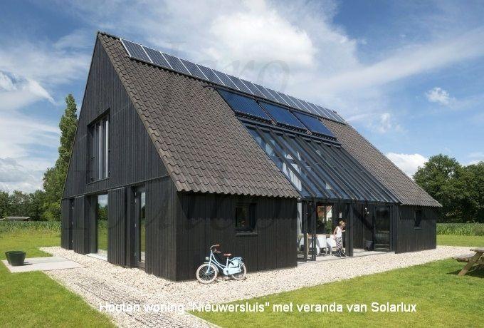 Www.jaro-houtbouw.nl 0341-759000 Prachtige schuurwoning in hout. Door de woning op juiste manier te voorzien van glas | solarlux pui en gebruik te maken van de juiste materialen is een passief woonhuis te creëren. Wij bouwen veelal met damp regulerende materialen zoals houtvezelisolatie en cellulose. Heeft u interesse in ons bouwsysteem en wilt u een ontwerp laten maken door een architect? Neem dan contact met ons op. Architect | schuurwoning | passief bouwen | bouwen met natuurlijke…