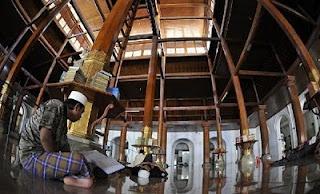 Terletak di bagian utara Surabaya, Masjid Sunan Ampel. Dari arsitekturnya disimpulkan bahwa masjid ini merupakan hasil asimilasi budaya Jawa dan Arab. (Situated in northern Surabaya, Visit Masjid Sunan Ampel. From its architecture it can be implied that the Masjid was a result of assimilation of Javanese and Arabic culture.)