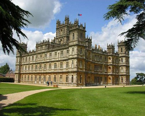 This is the Real Downton Abbey Castle Highclere Castle – Berkshire  This is THE Downton Abbey castle, home to the Earl and Countess of Carnarvon, which now appears in homes around the world thanks to the hit show. Amidst 1,000 acres of spectacular parkland, the Carnarvon family has lived at Highclere since 1679.