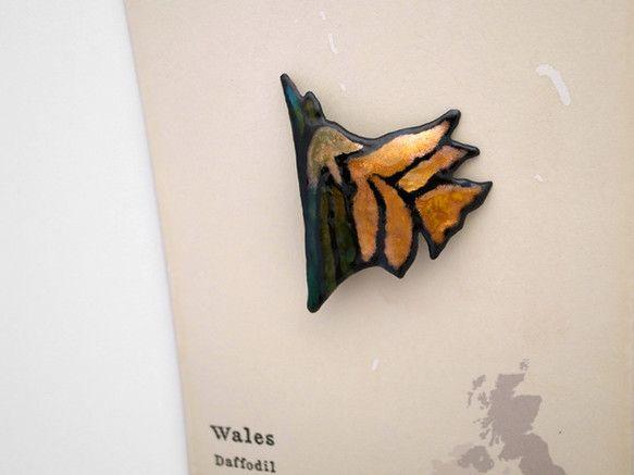 『 ブリティッシュ・フラワー 』シリーズから、黒縁のラッパスイセンの七宝ブローチです。ラッパスイセンはウェールズの国花です。サイズ : 45mm×...|ハンドメイド、手作り、手仕事品の通販・販売・購入ならCreema。