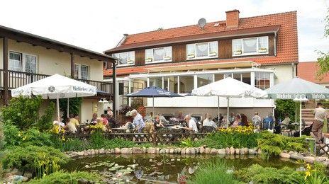 Landhotel Lindengarten | Unser idyllisches Landhotel bei Rheinsberg verfügt über 60 Betten. In der großzügigen Hotelanlage findet sich für jeden Geschmack etwas:  - Relaxen auf der großen Liegewiese  - eigener Wasserwander-Rastplatz mit Bootsverleih  - Barfuß-Pfad oder aktiv auf dem Sandvolleyball-Feld  - Spielspaß für alle auf der Mini-Bowling-Bahn  - Wintergrillen im Orginal-Finnlandhaus  - Event-Tenne mit großer Terrasse u. Lagerfeuer  - optimale Tagung oder Feierlichkeit im Grünen.