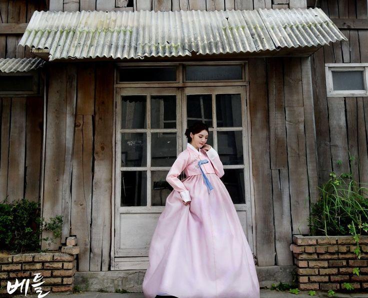 Korean traditional clothes.(한복) #hanbok #여자한복 #전통한복대여 #예쁜한복 #한복스냅 #snap #wedding #korean #picture #베틀한복 #고급한복 #lady #pink #dress  #신부한복 #한복맞춤 #신부한복맞춤