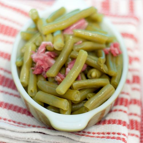 Old Fashioned Southern Green Beans from @Lana Stuart | Never Enough Thyme http://www.lanascooking.com/2014/06/06/old-fashioned-southern-green-beans/ #vintage #southern #oldfashioned