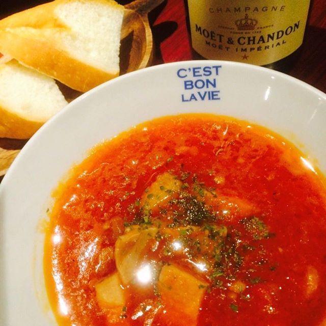 皆様こんばんは★ 急に寒くなって参りましたので、あったかメニューのご紹介です♪ ☆イタリア風モツのトマト煮込みスープ 特製ズッパ 520円 じっくり煮込んだモツの旨味たっぷりの濃厚トマトスープです‼︎ バゲットとご一緒にどうぞ(^ ^) そして、本日はレディースデー☆ 女性のみのグループ様にお得なサービスをご用意しております♡  皆様のご来店を、心よりお待ちしております♪ m(_ _)m  #居酒屋 #バル #飲み放題  #ビール #ワイン #ハイボール #日本酒 #カクテル #フルーツジャーカクテル #肉バル #スペアリブ #ズッパ #アボカド #鶴亀 #肉盛り #レディースデー #宴会 #コース #肉 #貸切 #難波 #駅近  #難波バル #肉料理 #クラフトビール #heineken #Carlsberg