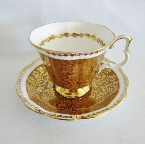 ** Šálek na čaj - zlacený porcelán ♣ Royal Albert **