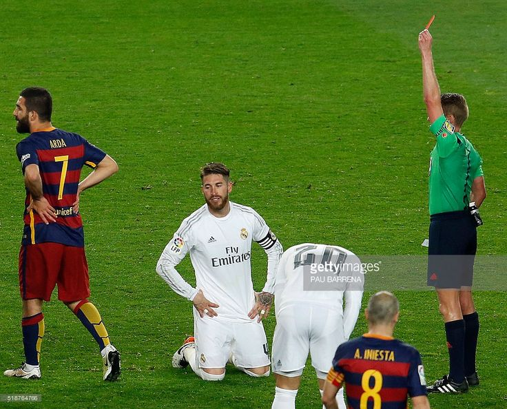 Referee shows a red card to Real Madrid's defender Sergio Ramos (2nd L) during the 'clasico' Spanish league football match FC Barcelona vs Real Madrid CF at the Camp Nou stadium in Barcelona on April 2, 2016. / AFP / PAU BARRENA