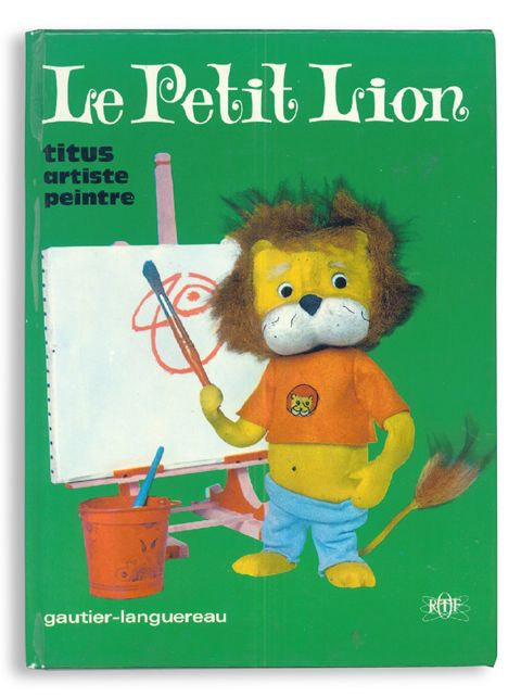 Le Petit Lion - Titus artiste peintre - [e] Gautier Languereau / 1967 / 19*26cm Hardcover 12P / Aline Lafargue(Author) / The corner of cover is a little rubbed but the condition is good. This is a TV animation series on ORTF( French television). A little lion; Titus is the main character. His ruffled hair, T-shirts of Lion's mark and the pants in the mode are cool. In this time the King (?), Grand Yaka asked him to paint the portrait. A Pelican; Melchior took out the camera from his beak for…