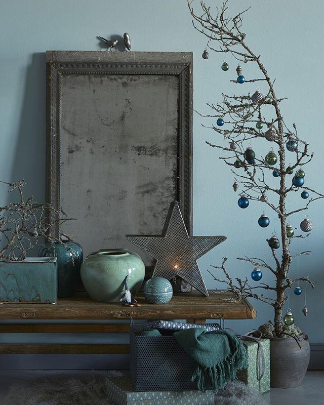 """Stämningsfullt i blå och grå toner. En """"dansk"""" gran (alltså lärkträd) med julkulor, jo det kan jag tänka mig - redan nu!"""