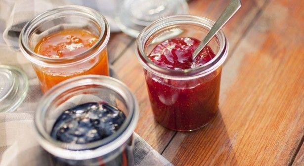 Agar-agar  -  bonnes proportions  Compter 2 g pour gélifier 50 cl d'eau, jus de fruits ou infusion, ou pour 600 g de compote, coulis de fruits, potage un peu épais.  La bonne recette  Une confiture légère  Prévoir 450 grammes de sucre de canne pour 2 kilos de fruits. Faire compoter, puis laisser refroidir. Ajouter 2 gr d'agar-agar, porter à frémissement et laisser cuire 5 minutes. Mettre en pot.