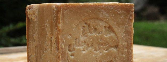Tout savoir sur le savon d'Alep : utilisation du savon d'Alep, composition, avantages, conseils, fabrication. Le savon d'Alep comparé aux savons classiques,