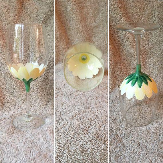 Copas de vino pintadas por OddsNEndsHomemade en Etsy