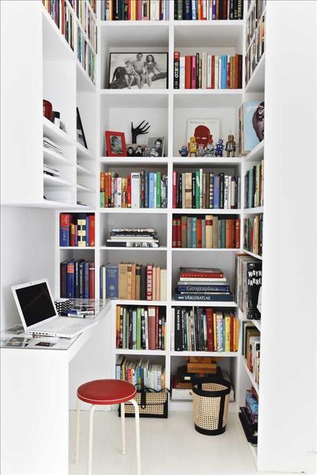 I would choose a real desk chair for more comfort (Kökets arbetshörna med många praktiska hyllor till takhöjd och en dataplats)